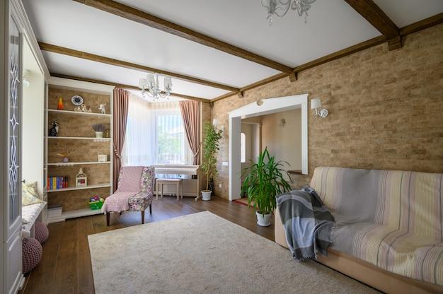 Interior clássico marrom e branco da sala de estar