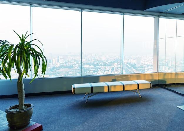 Interior com grande janela