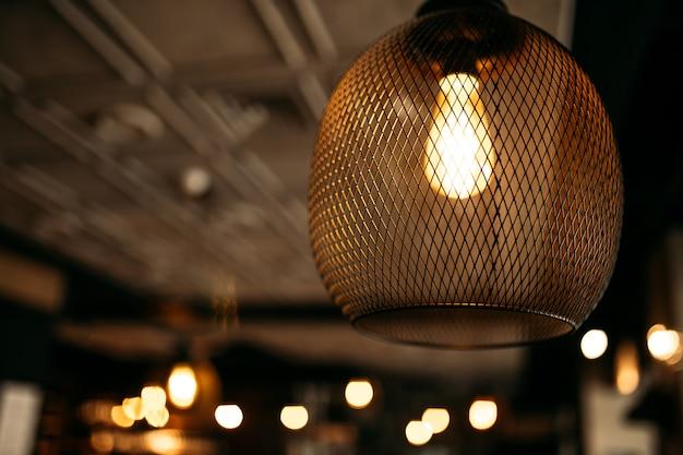 Interior com lustre de malha com lâmpada quente