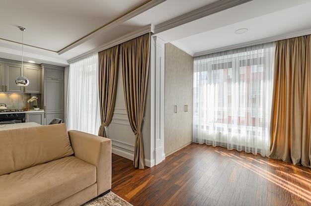 Interior contemporâneo da sala de estar projetado em estilo moderno como parte do apartamento estúdio