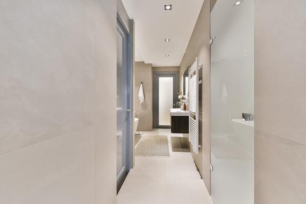 Interior contemporâneo de banheiro com chuveiro e pias de cerâmica