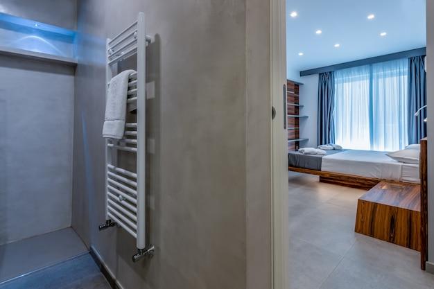 Interior contemporâneo do banheiro do hotel