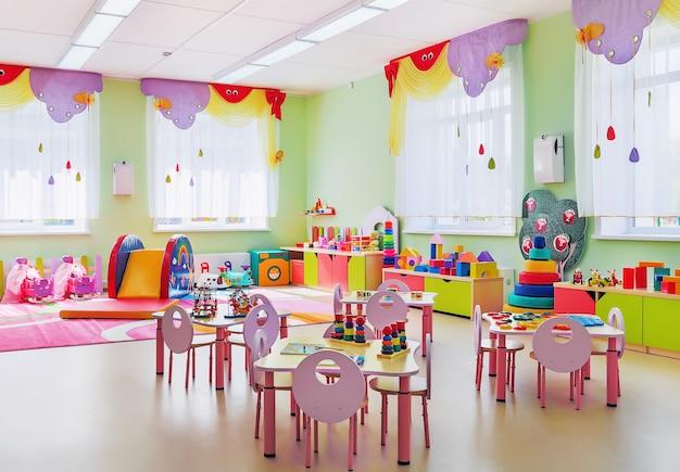 Interior da acolhedora sala de jogos rosa no jardim de infância.
