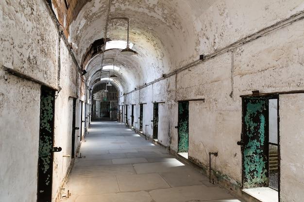 Interior da antiga prisão com paredes de tijolos