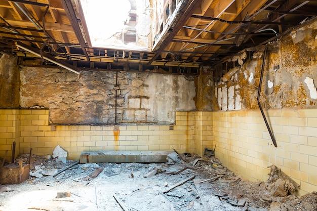 Interior da antiga prisão com paredes de tijolos.