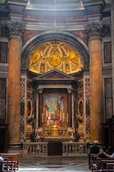 Interior da basílica de são pedro na cidade do vaticano