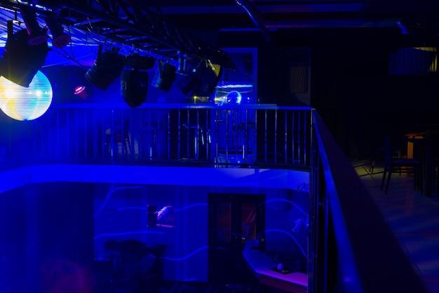 Interior da boate vazia iluminada com luzes azuis