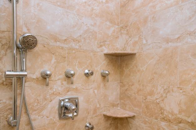 Interior da cabeça de chuveiro moderna no projeto do banheiro em casa do banheiro.