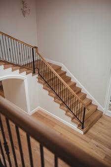 Interior da casa com piso de madeira e escada