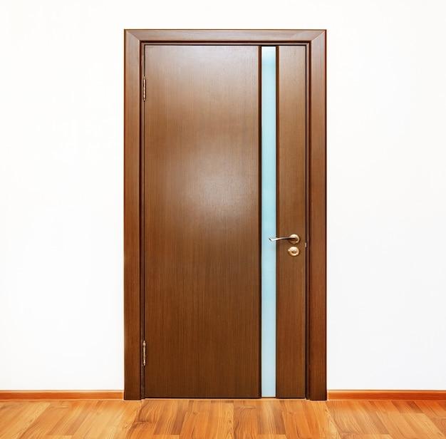 Interior da casa com porta de madeira fechada