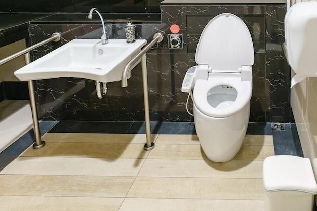 Interior da casa de banho para pessoas com deficiência ou idosos.