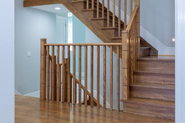 Interior da casa elegante: corredor, entrada, escadaria
