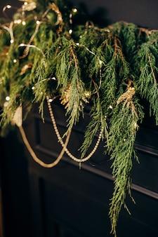 Interior da casa preto dourado estilo inglaterra lareira e árvore de natal