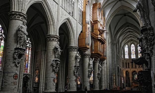 Interior da catedral de são miguel e santa gúdula, bruxelas, bélgica