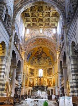 Interior da catedral duomo na praça dos milagres dos milagres em pisa, itália
