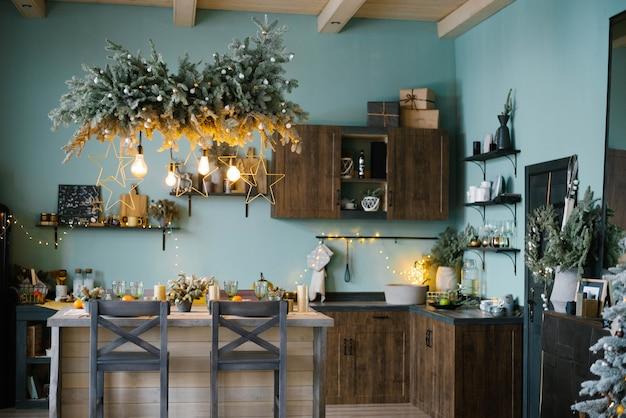 Interior da cozinha azul menta e decoração de natal cozinhando o jantar em casa de acordo com