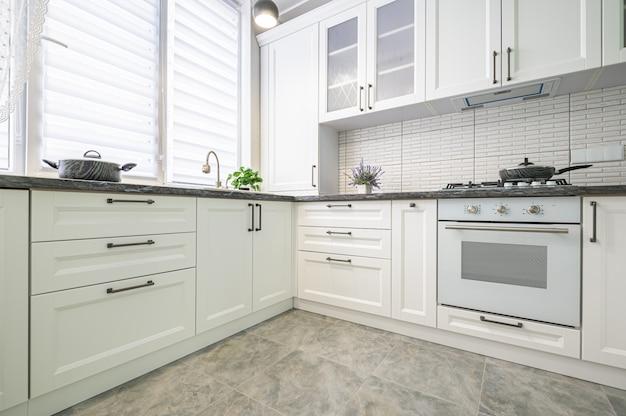 Interior da cozinha branca moderna