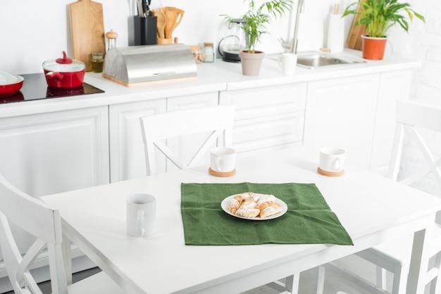 Interior da cozinha com área de jantar