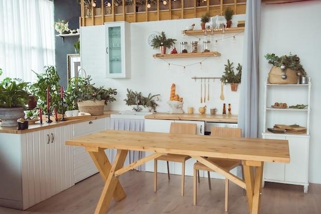 Interior da cozinha com móveis brancos e decoração de época de natal