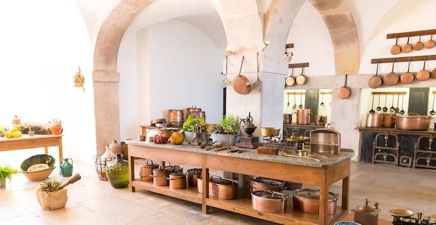 Interior da cozinha com potes e armário antigos