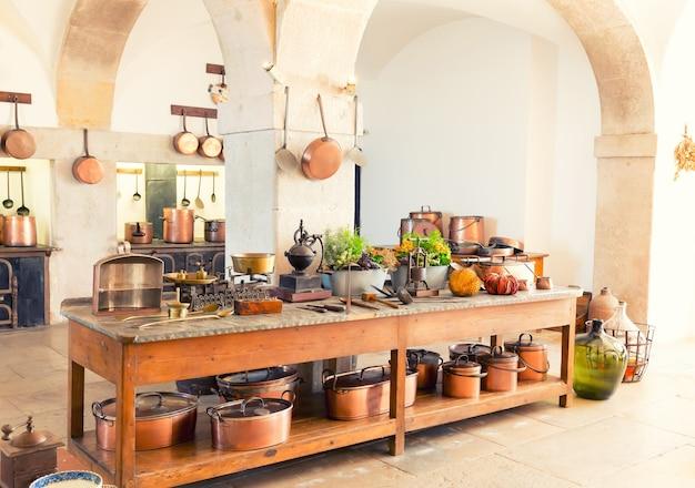 Interior da cozinha com utensílios de cozinha antigos