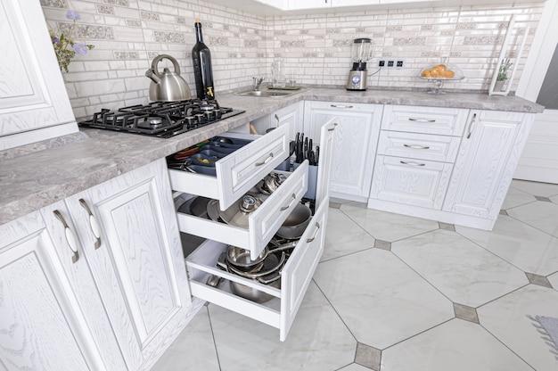 Interior da cozinha de madeira branca moderna
