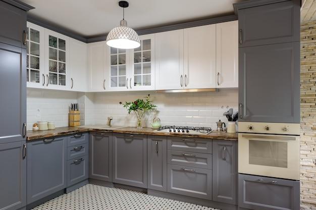 Interior da cozinha de madeira cinza e branco moderno