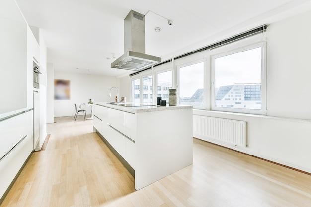 Interior da cozinha leve com armários e eletrodomésticos modernos