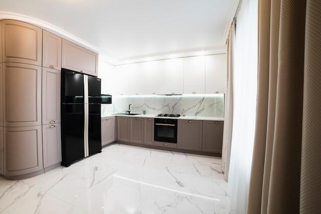 Interior da cozinha mobilada moderna