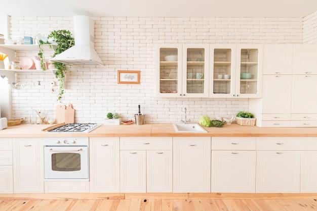 Interior da cozinha moderna com eletrodomésticos embutidos