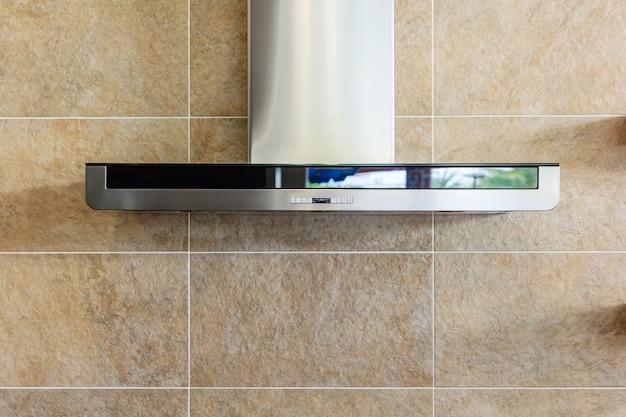 Interior da cozinha moderna com exaustor de aço inoxidável
