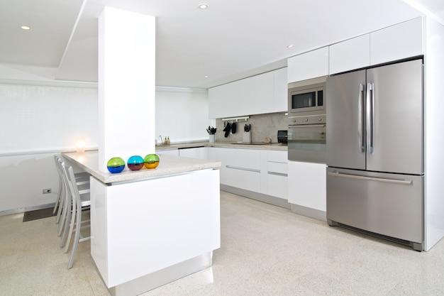Interior da cozinha moderna em apartamento de praia.