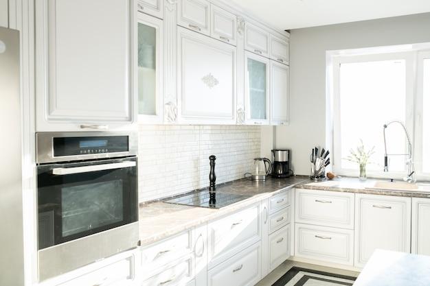 Interior da cozinha moderna em branco