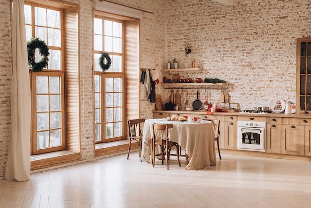 Interior da cozinha vintage com janelas panorâmicas