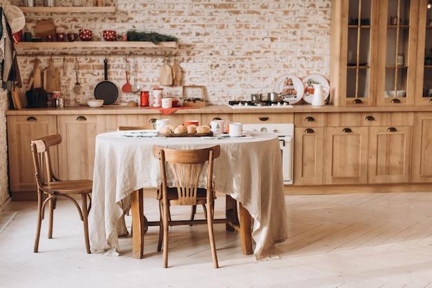 Interior da cozinha vintage com móveis de madeira