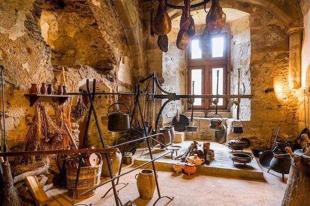 Interior da cozinha vintage no antigo castelo, na europa. arquitetura tradicional europeia, lugares famosos para turismo e viagens, culinária medieval