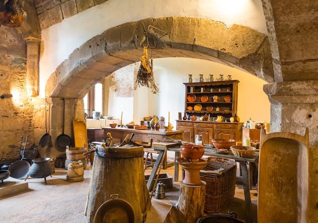 Interior da cozinha vintage no velho castelo, na europa. arquitetura tradicional europeia, lugares famosos para turismo e viagens, culinária medieval