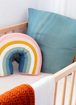 Interior da decoração do quarto infantil com almofadas