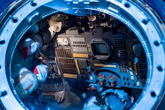 Interior da estação espacial. feche detalhes do ônibus espacial dentro