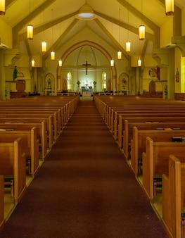 Interior da igreja católica de são pedro e são paulo