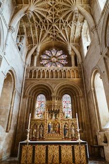 Interior da igreja da universidade de santa maria virgem. é a maior das igrejas paroquiais de oxford e o centro