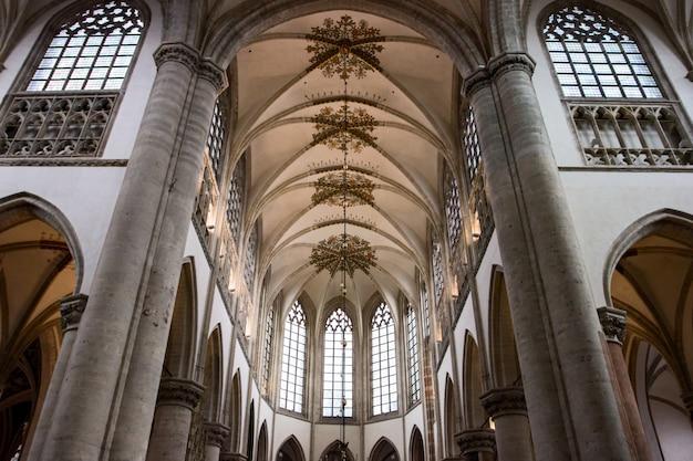 Interior da igreja principal em breda, holanda