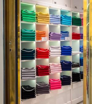 Interior da loja de camisas polo - loja de moda