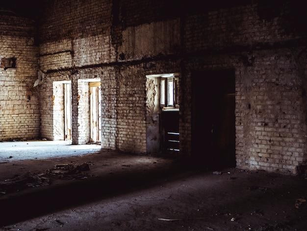 Interior da mansão abandonada, sala com janela