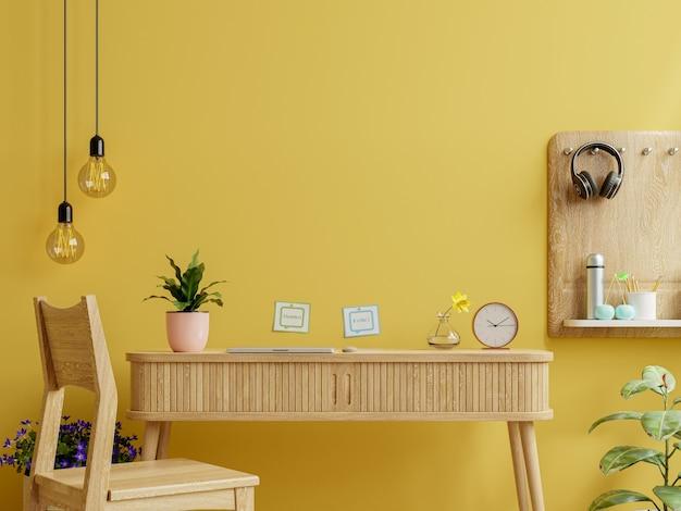 Interior da mesa de escritório com maquete de parede amarela. renderização 3d