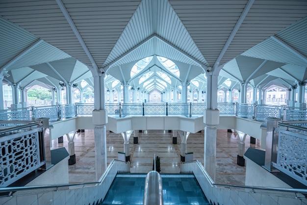 Interior da mesquita as-syakirin, famoso ponto de referência em kuala lumpur, malásia