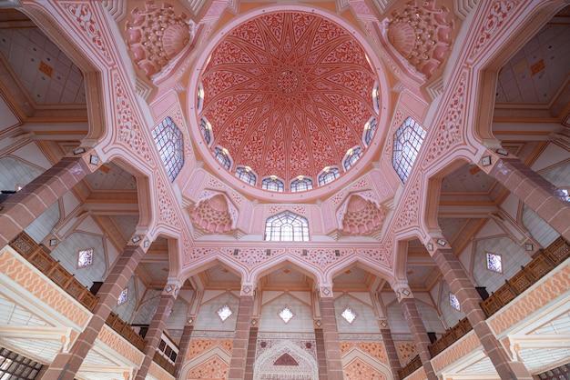 Interior da mesquita de putra, situada na cidade malaia de putrajaya, na malásia.