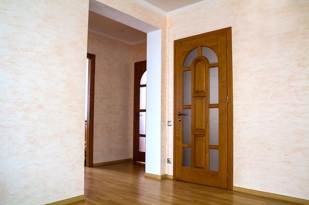 Interior da moderna casa cara de apartamento com portas de madeira