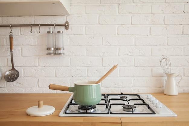 Interior da moderna cozinha ensolarada em um apartamento de estilo escandinavo.