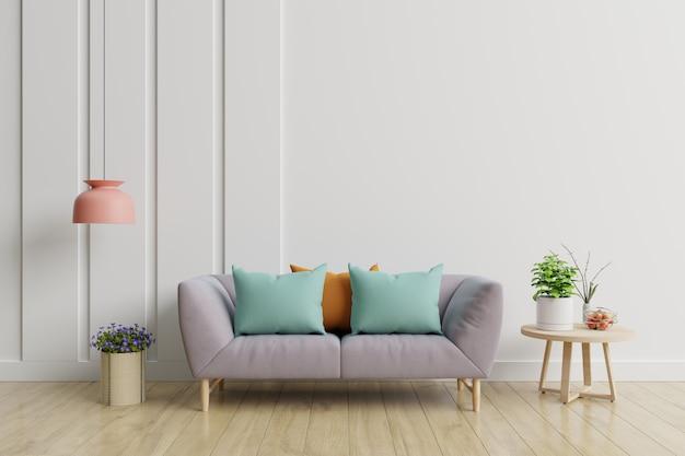 Interior da moderna sala de estar com sofá e plantas, lâmpada, mesa na parede branca.